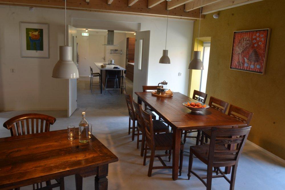 Kijkje vanuit de eetkamer naar de keuken