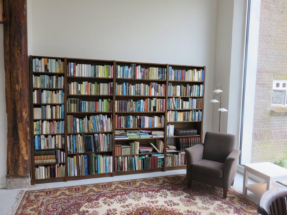 in de bibliotheek kun je heerlijk lezen met uitzicht op de kippen en schapen