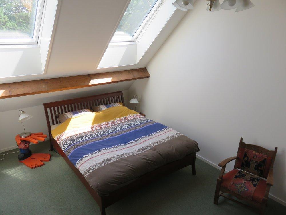 de slaapkamer met een tweepersoonsbed