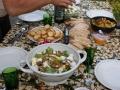 Op tafel staat een heerlijke maaltijd. Er wordt altijd goed gezorgd voor de gasten.
